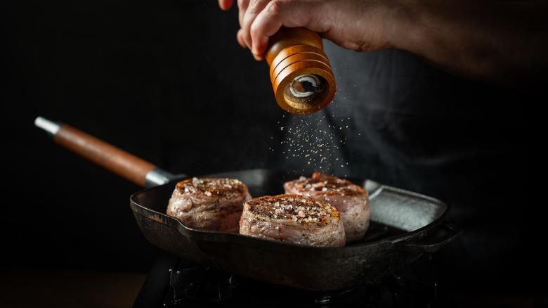 cook peppering steak in pan