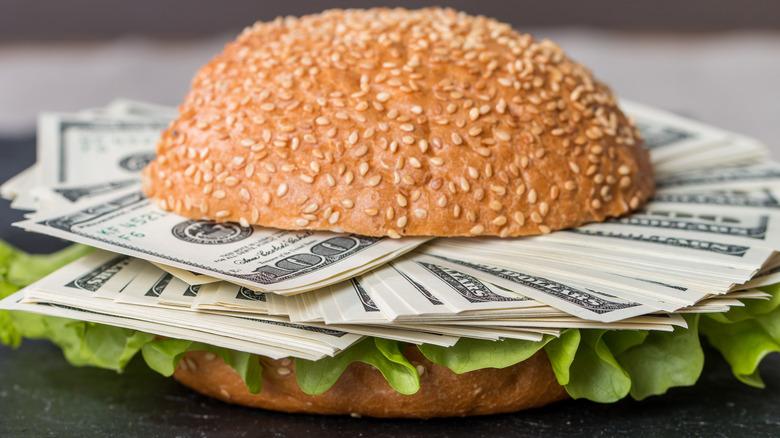 Cash burger with lettuce