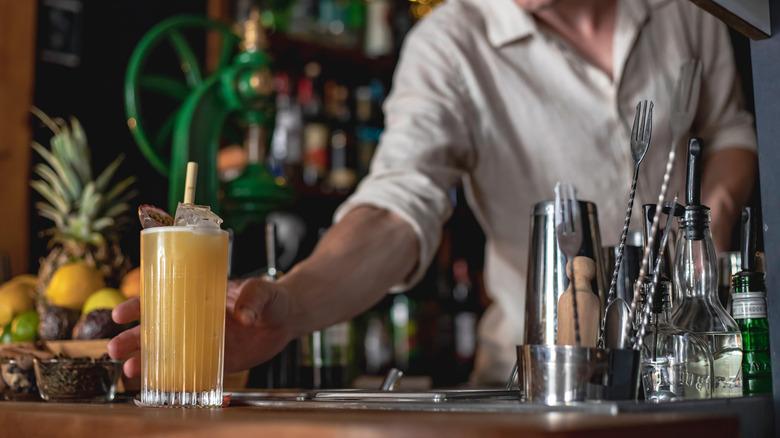 Bartender's note saves women