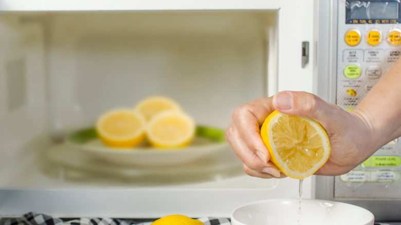 Cooking hack involving microwave and lemons