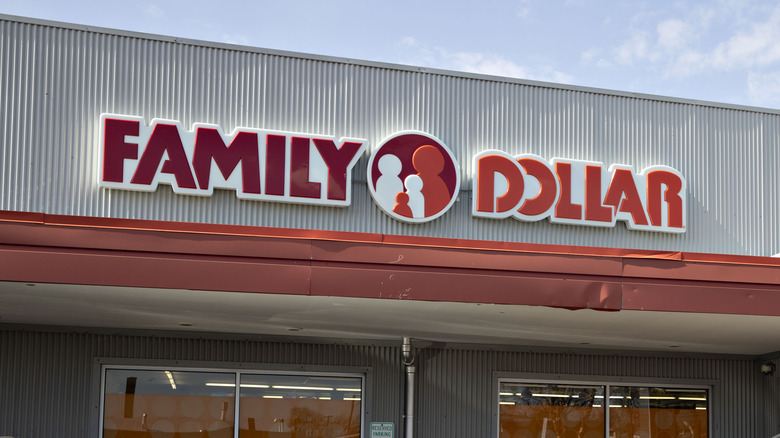 Family Dollar storefront sign