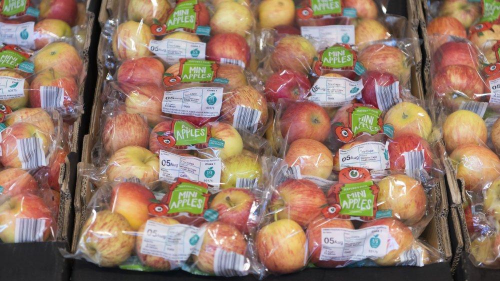 apples, plastic bags