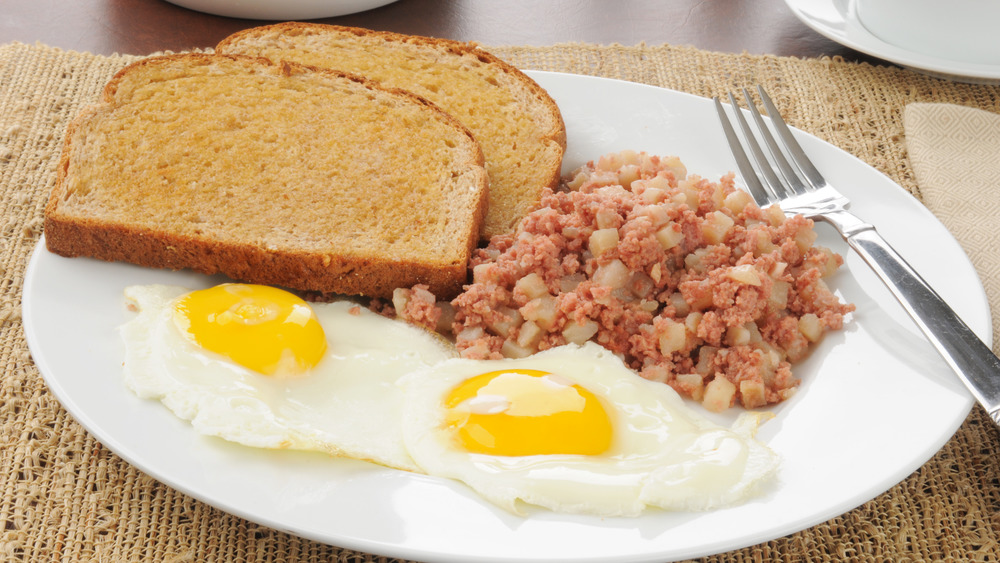 Corned beef hash with eggs and toast