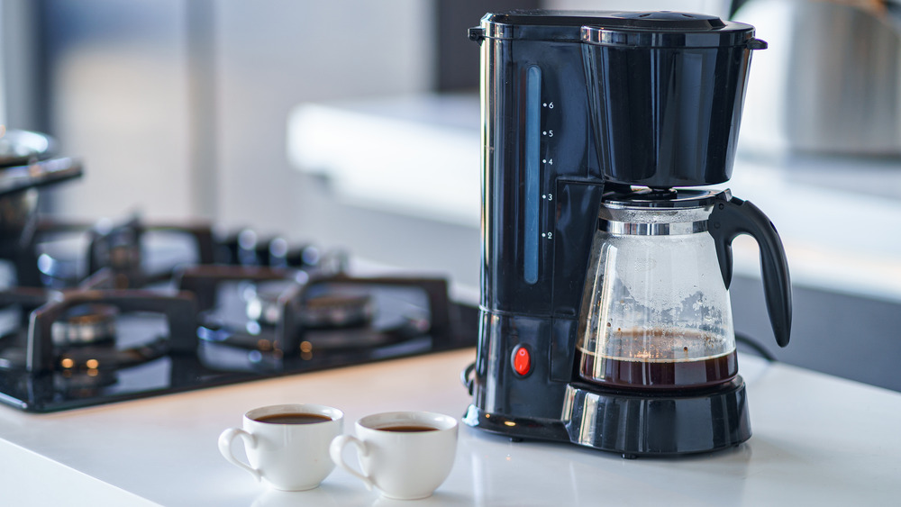 Coffee maker with two coffee cups