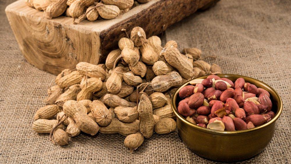 Shelling peanuts